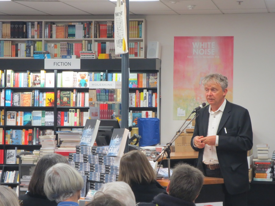 Steve Braunias talks to the crowd.